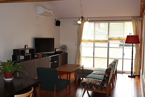 フロア:床 場所:住宅 素材:ケンパスフローリング貼り(無垢)柾目 W90×t15 ウレタン塗装
