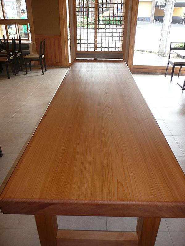 テーブル 場所:店舗 素材:桧材(無垢)中杢 ウレタン塗装 W850×H105