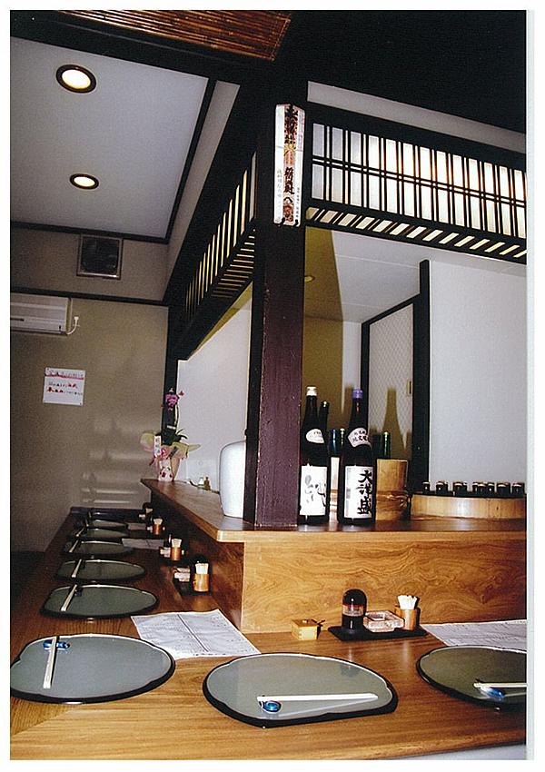 場所:京都上七軒 鳥料理 素材:モアビ材(無垢)