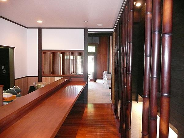 カウンター 場所:京都北野 和食 素材:モアビ材(無垢)