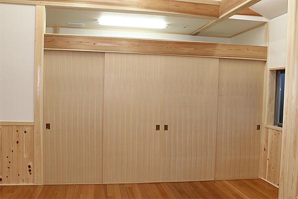 場所:集会所 素材:国産桧柾練付板貼り 引違フラッシュ戸 クリアー塗装